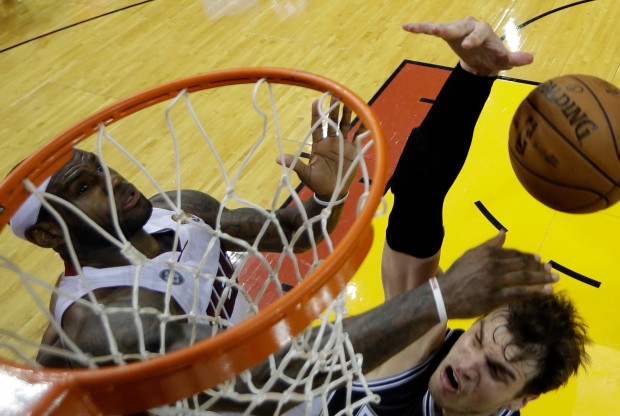 LeBron James tapona a Tiago Splitter./ Getty Images