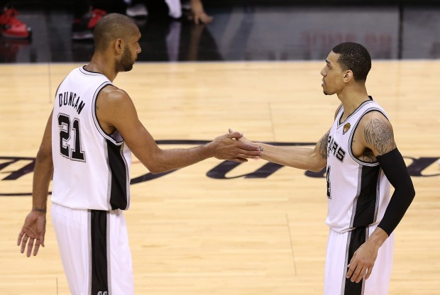 Tim Duncan y Danny Green./ Getty Images