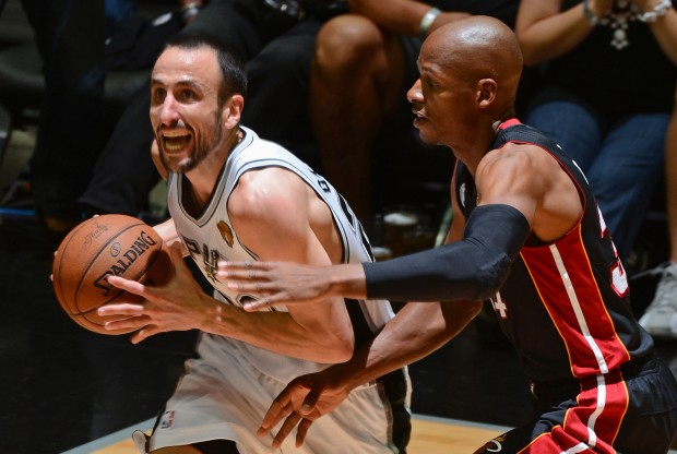 Manu Ginobili es defendido por Ray Allen./ Getty Images
