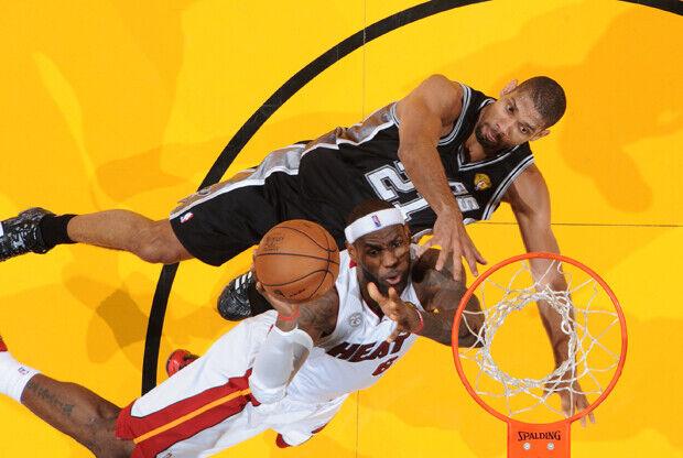 Tim Duncan y LeBron James./ Getty Images