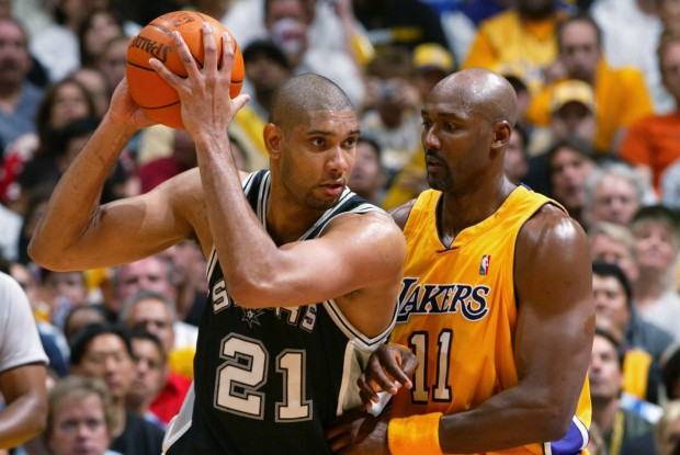 Tim Duncan y Karl Malone./ Getty Images