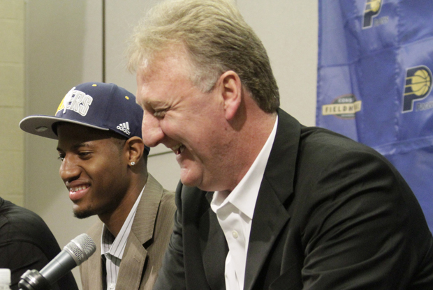 Paul George y Larry Bird./ Getty Images