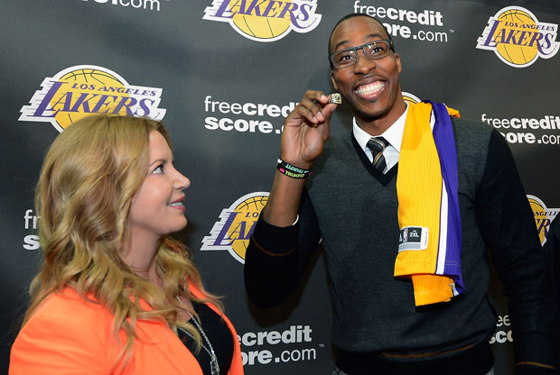 Jeanie Buss y Dwight Howard / Getty Images