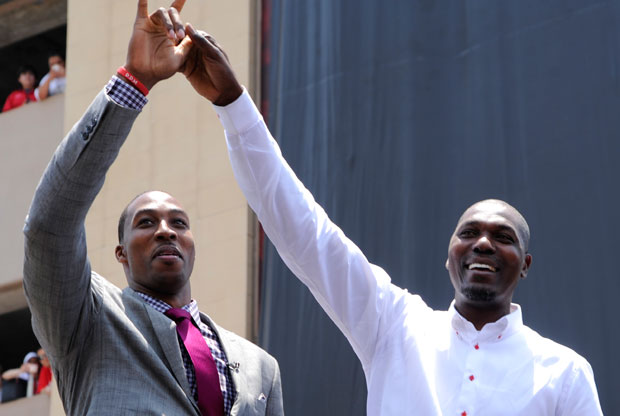 Dwight Howard y Hakeem Olajuwon / Getty Images
