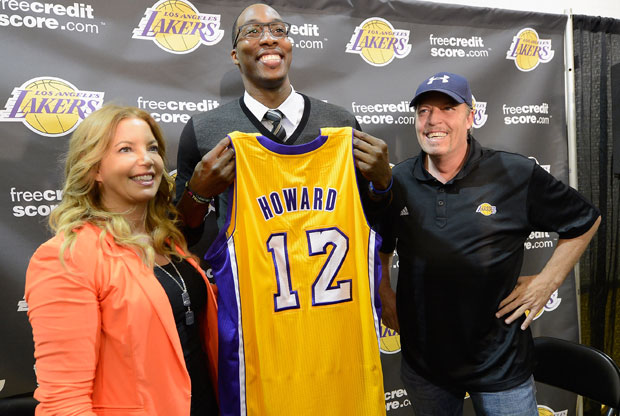 Dwight Howard y los hermanos Buss