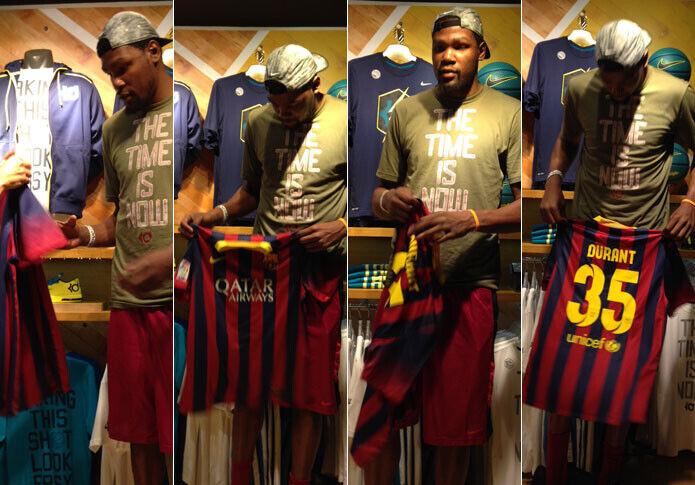 Kevin Durant posa con la camiseta del FC Barcelona