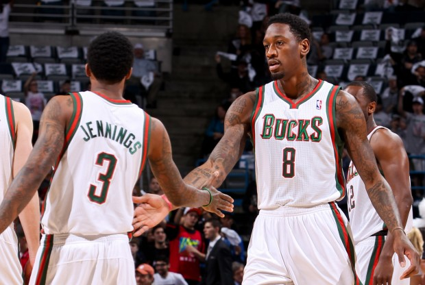Brandon Jennings y Larry Sanders./ Getty Images