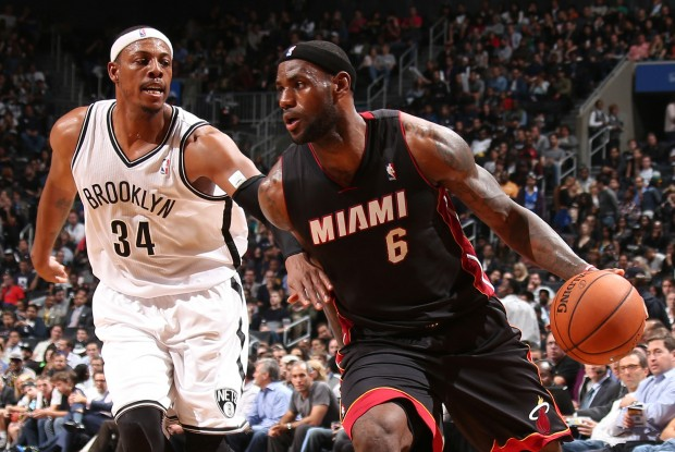 Paul Pierce defiende a LeBron James./ Getty Images