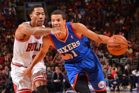 Derrick Rose defiende a Michael Carter-Williams./ Getty Images