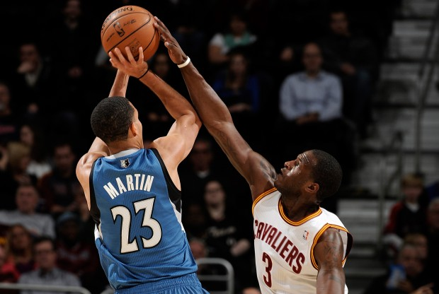 Dion Waiters tapona a Kevin Martin./ Getty Images