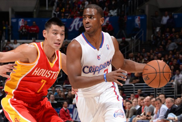 Jeremy Lin defiende a Chris Paul./ Getty Images