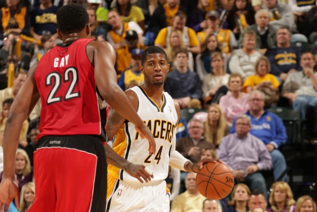 Rudy Gay defiende a Paul George./ Getty Images