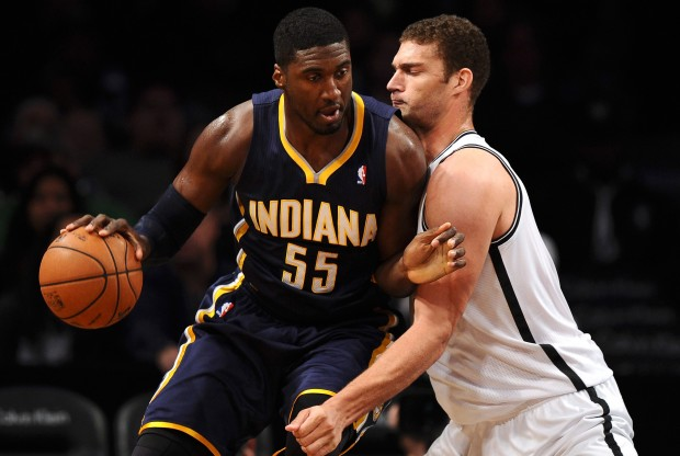 Roy Hibbert recibe la defensa de Brook Lopez./ Getty Images