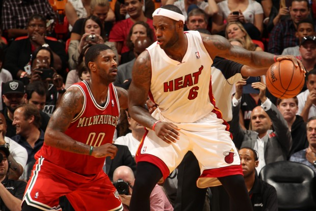 LeBron James es defendido por O.J. Mayo./ Getty Images