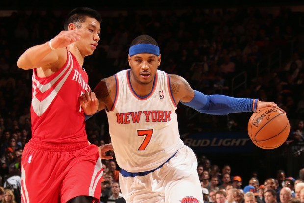 Carmelo Anthony es defendido por Jeremy Lin./ Getty Images