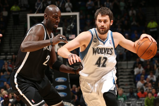 Kevin Garnett y Kevin Love./ Getty Images