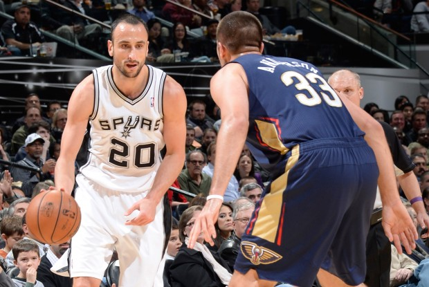 Manu Ginobili es defendido por Ryan Anderson./ Getty Images