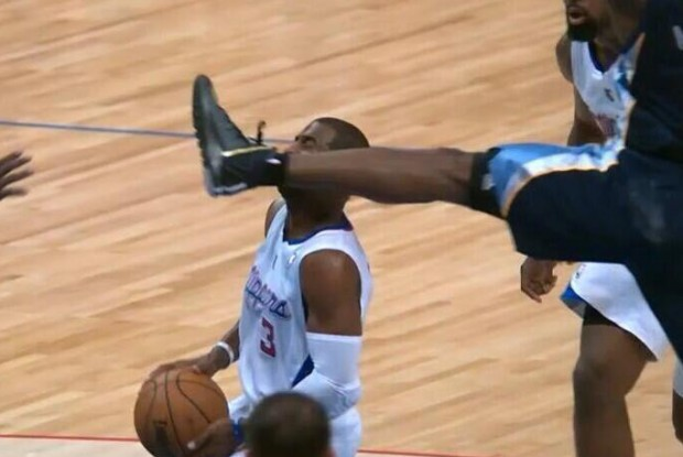 Tony Allen da una patada en la cara a Chris Paul