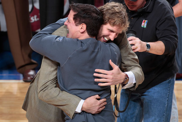 Mark Cuban abraza a Dirk Nowitzki / Getty Images