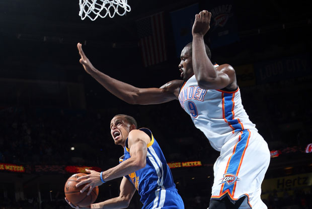 Steph Curry y Serge Ibaka / Getty Images