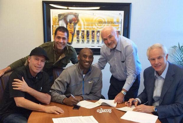 Kobe Bryant amplía su contrato con los Lakers