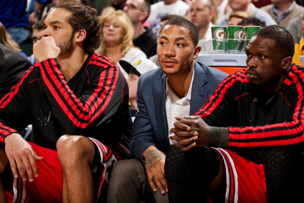 Derrick Rose entre Joakim Noah y Luol Deng./ Getty Images