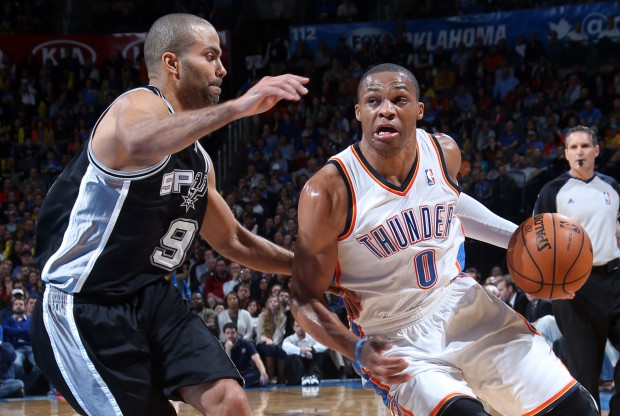 Tony Parker defiende a Russell Westbrook./ Getty Images