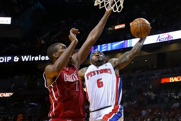 Josh Smith machaca sobre Chris Bosh./ Getty Images