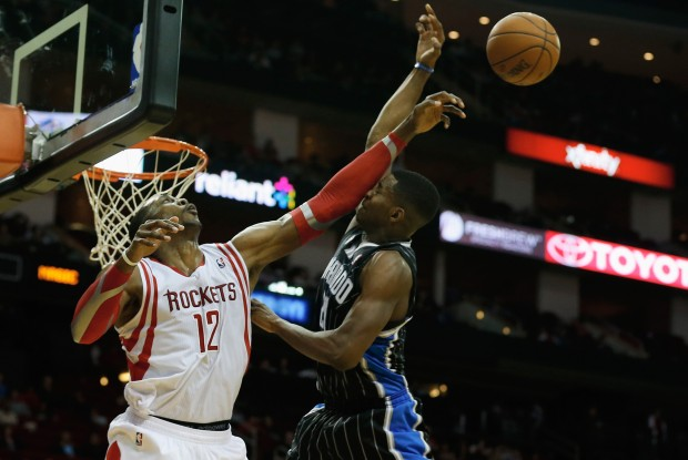 Dwight Howard tapona a su rival./ Getty Images