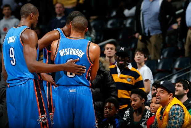 Los jugadores de Oklahoma City Thunder se encaran con un fan./ Getty Images