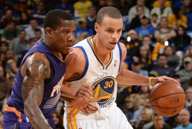 Stephen Curry es defendido por Eric Bledsoe./ Getty Images