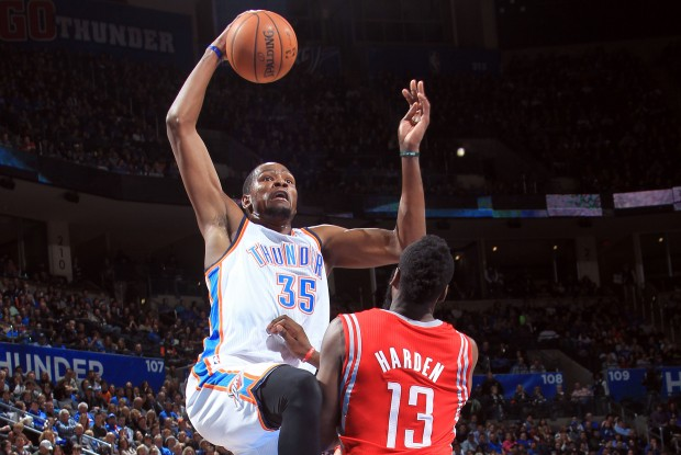 Kevin Durant machaca sobre James Harden./ Getty Images