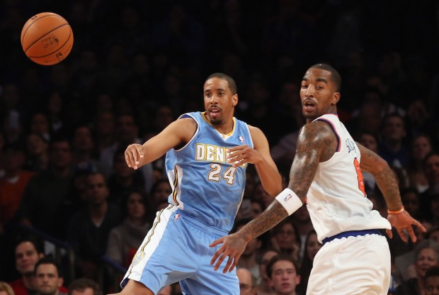 Andre Miller y J.R. Smith./ Getty Images