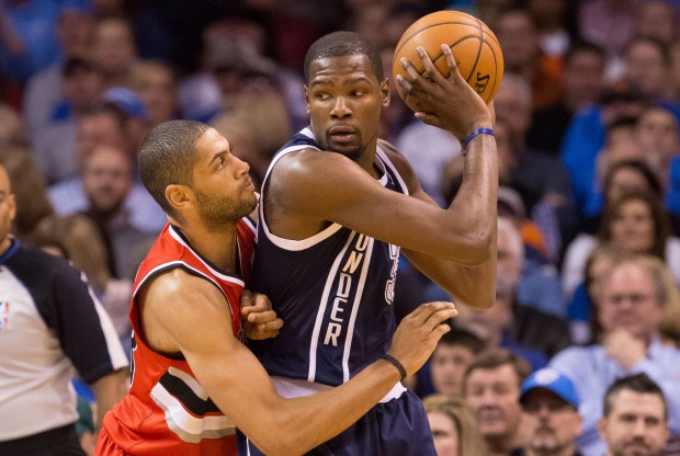 Nicolas Batum defendiendo a Kevin Durant./ Getty Images