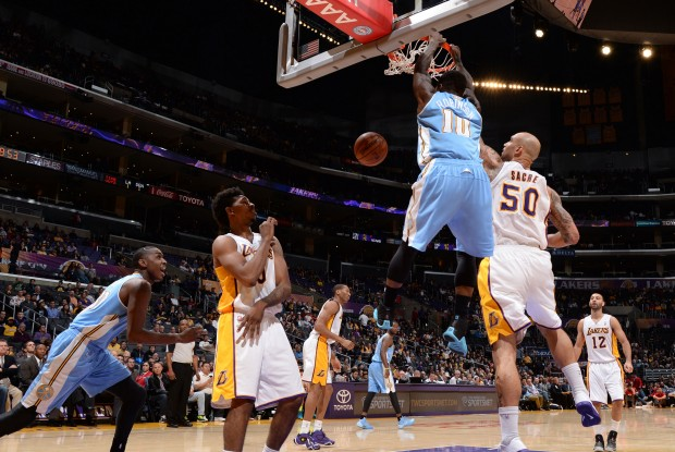Nate Robinson se cuelga del aro de los Lakers./ Getty Images