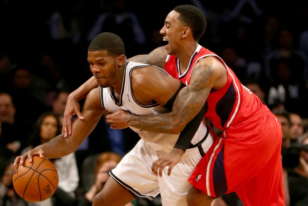 Joe Johnson recibe una falta de su defensor./ Getty Images
