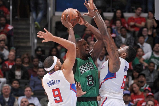 Jeff Green recibe la defensa de Jared Dudley y DeAndre Jordan./ Getty Images