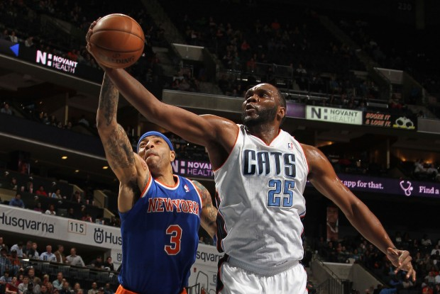 Kenyon Martin y Al Jefferson luchan un rebote./ Getty Images