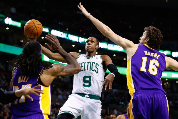 Pau Gasol intenta taponar a Rajon Rondo./ Getty Images