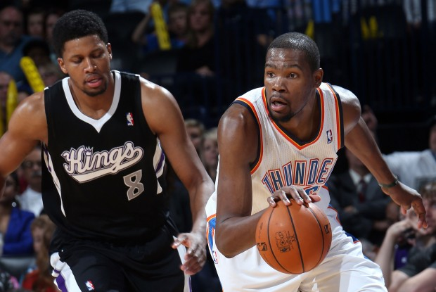 Kevin Durant supera por velocidad a Rudy Gay./ Getty Images