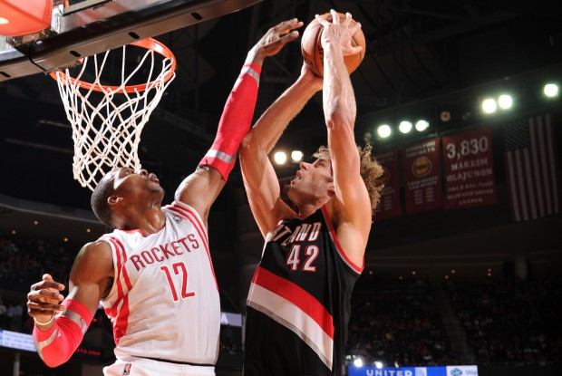 Dwight Howard tapona a Robin Lopez./ Getty Images