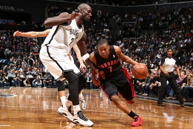 Kevin Garnett defiende a Kyle Lowry./ Getty Images