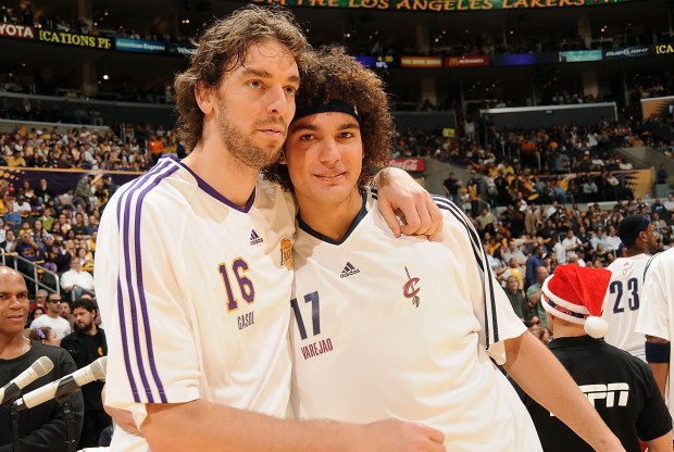Pau Gasol y Anderson Varejao./ Getty Images