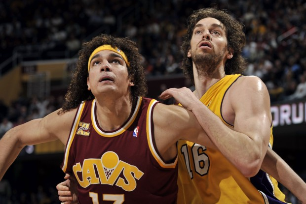 Anderson Varejao y Pau Gasol./ Getty Images