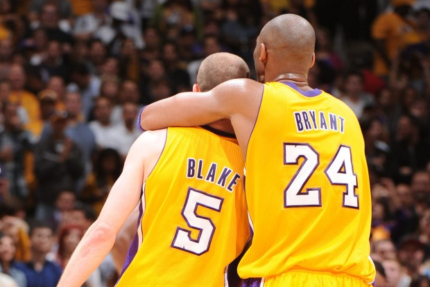 Steve Blake y Kobe Bryant./ Getty Images