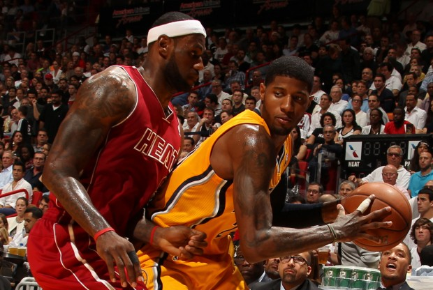 LeBron James defiende a Paul George./ Getty Images