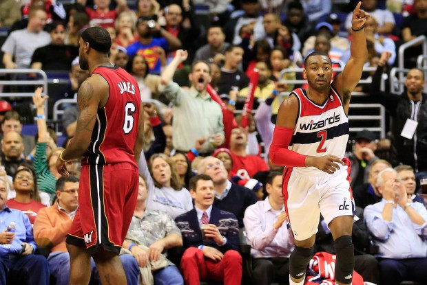 LeBron James y John Wall./ Getty Images