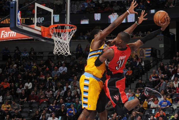 Terrence Ross machaca sobre Kenneth Faried./ Getty Images