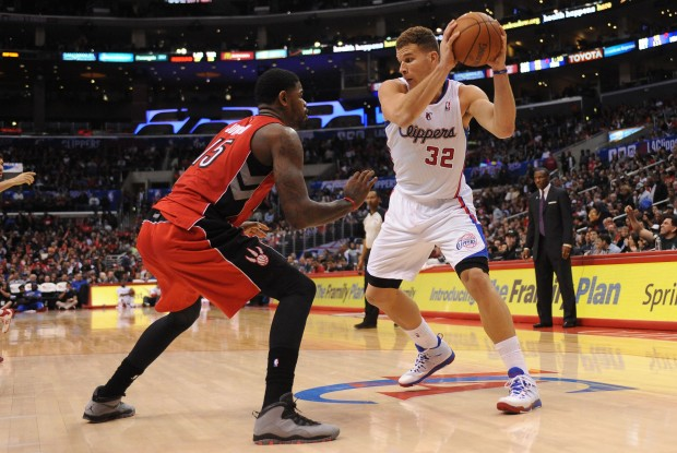 Blake Griffin encara a Amir Johnson./ Getty Images