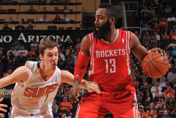 Goran Dragic defiende a James Harden./ Getty Images